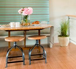 Обеденный стол и стулья  магазине